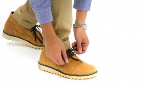 靴ひもを結ぶ人