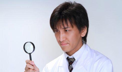 虫眼鏡を持った医者