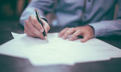 書類に書き込む人