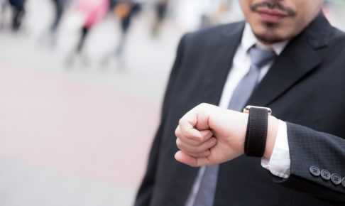 時計を見る男性